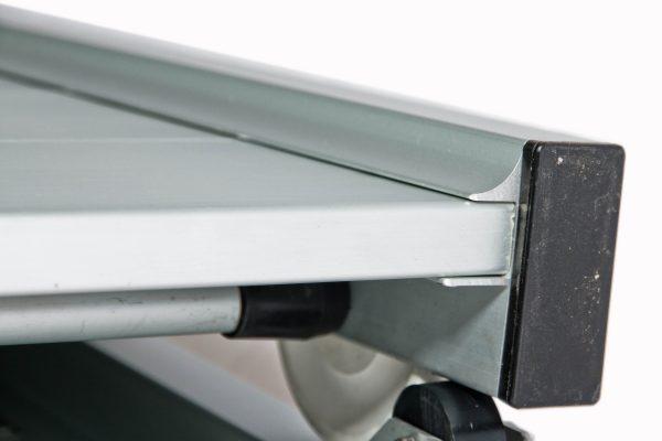 dettaglio di passerella pieghevole in alluminio con camminamento antiscivolo