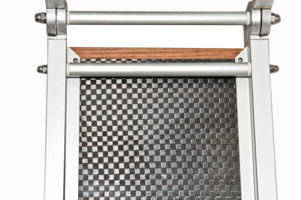 dettaglio di passerella pieghevole con legno teak gommato